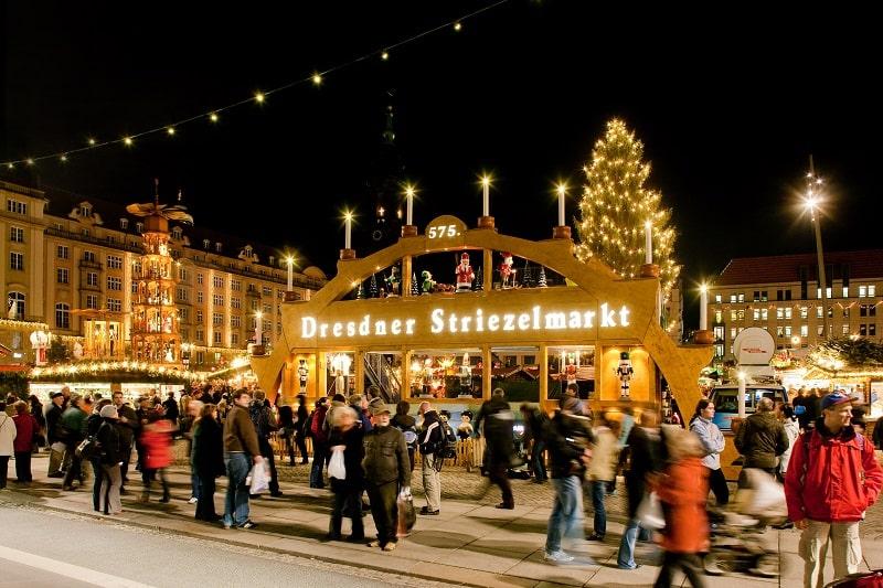 Rekomendasi Kegiatan yang Cuma Bisa Dilakukan Saat Winter di Eropa - - Striezelmarkt Dresden Christmas Market Jerman - Sumber Wikimedia