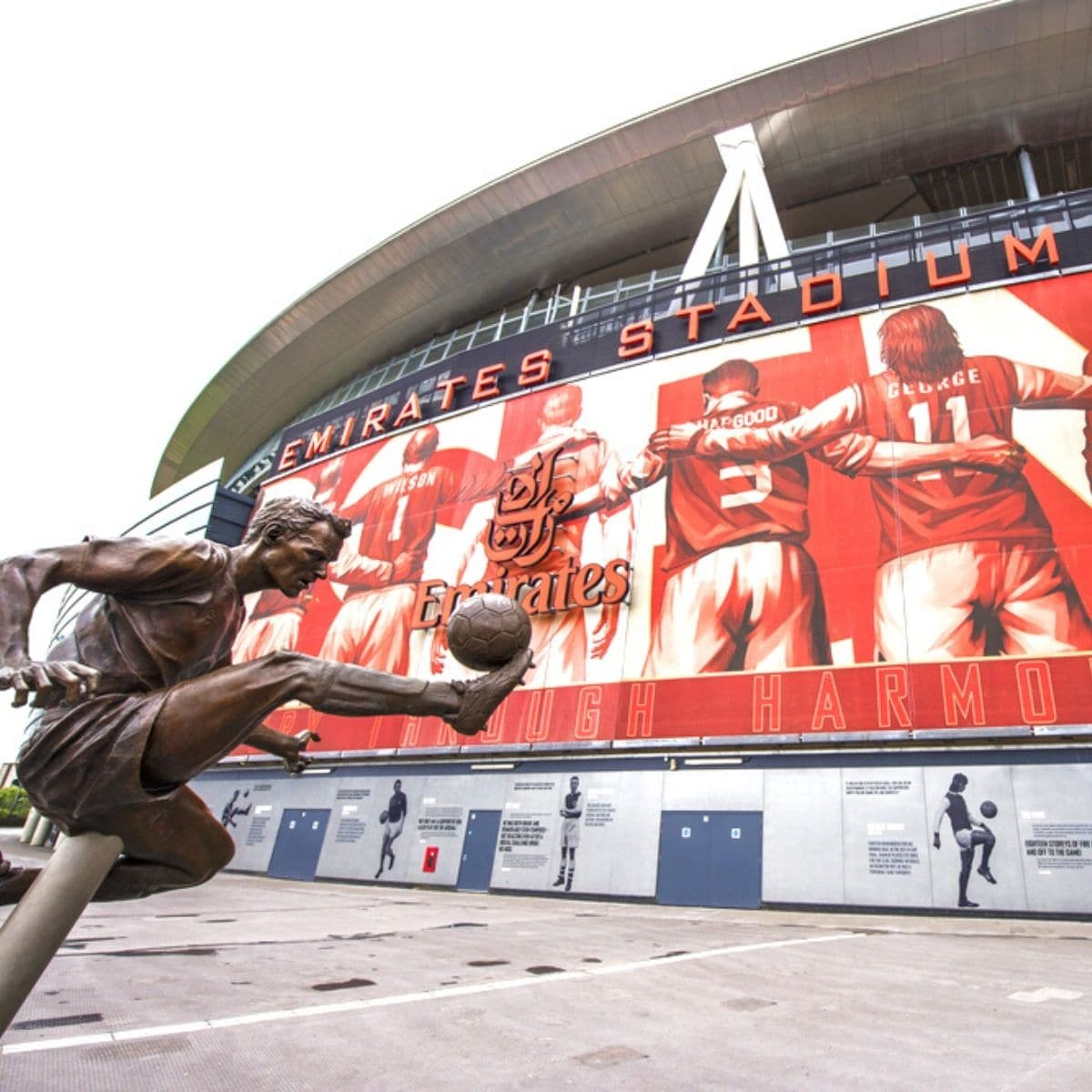 Suka Sepak Bola Ini 7 Stadion Terbaik di Inggris yang Wajib Kamu Kunjungi - Emirates Stadium London