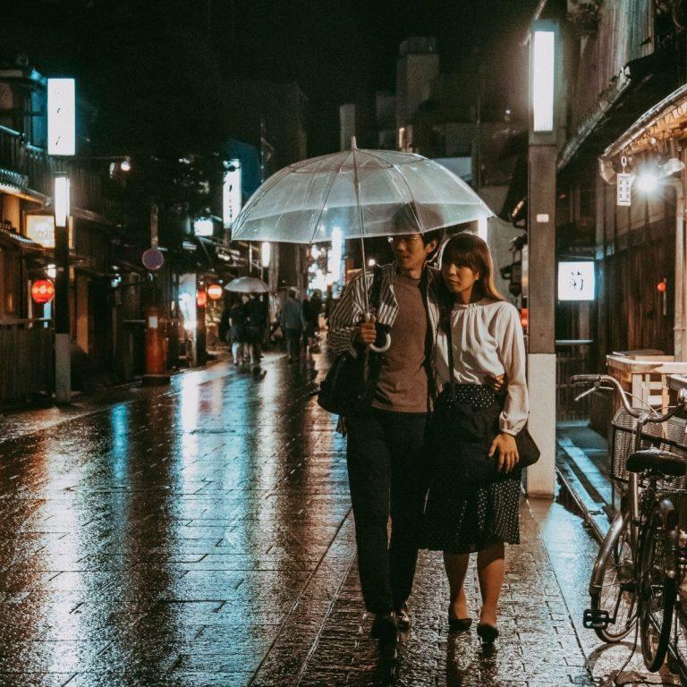 7 Tips Liburan Aman Saat Musim Hujan Supaya Tak Mudah Sakit