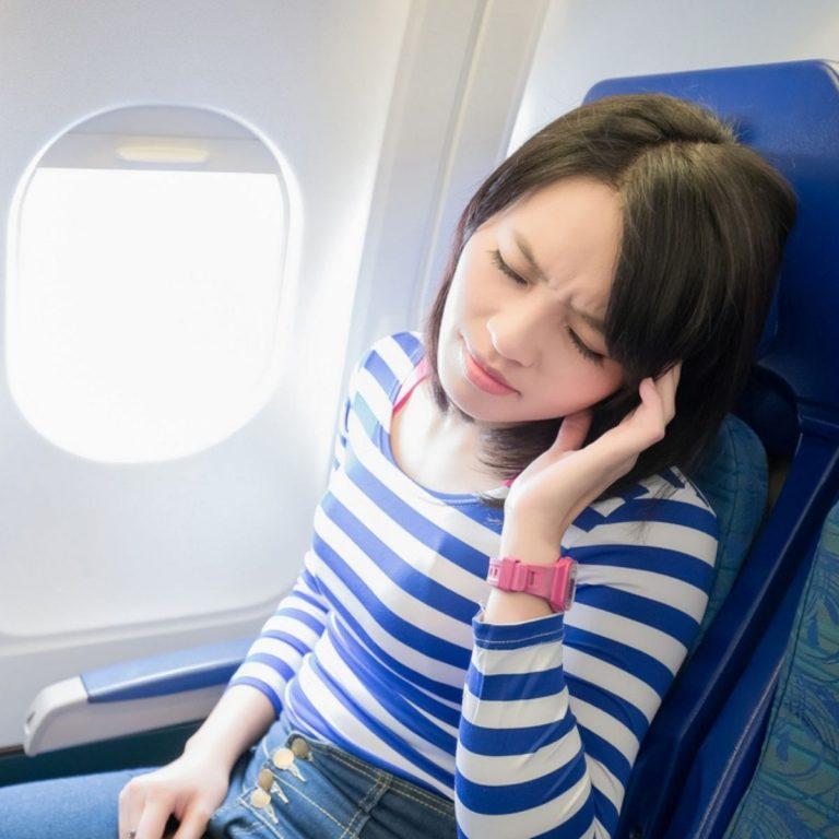 5 Cara Mengatasi Telinga Berdengung Saat Naik Pesawat